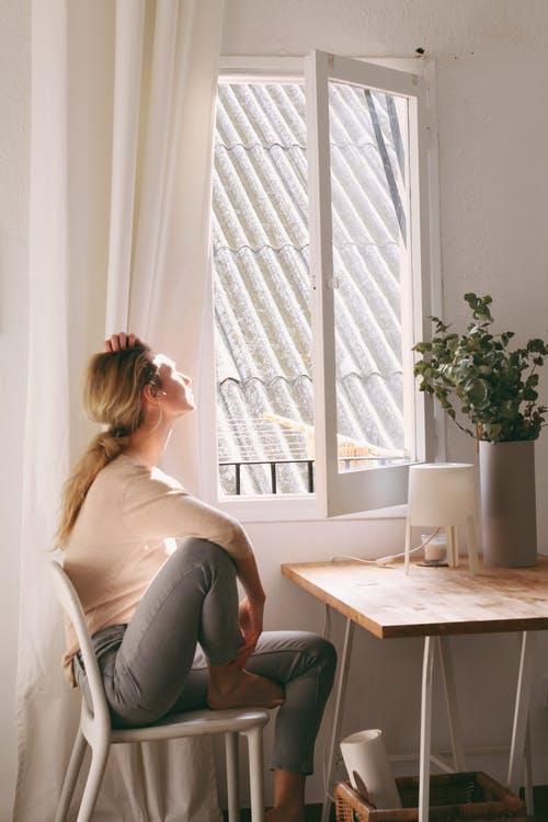 žena sedí na židli v bytě