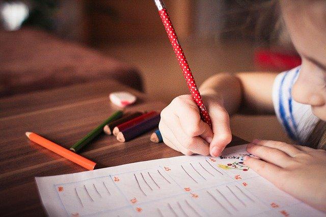 dítě si kreslí