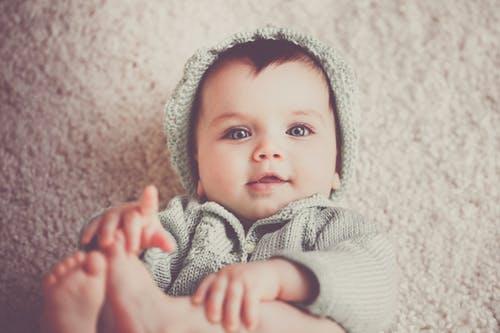 miminko s čepicí